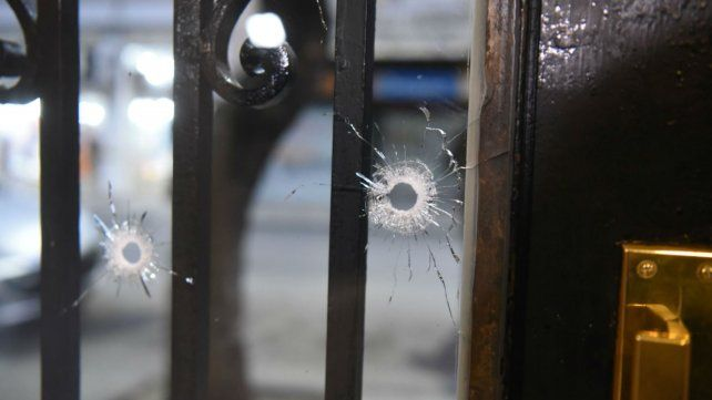 Los impactos de bala en la puerta del edificio de San Luis al 1400.