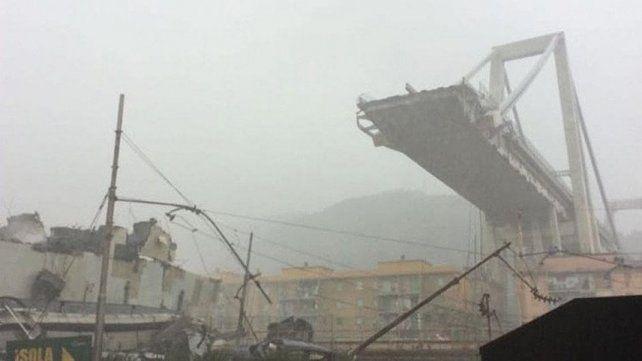 Colpasó un puente en Génova y varios autos cayeron al vacío