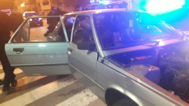 El Renault 9 desde el que habrían partido los disparos contra la Fiscalía.