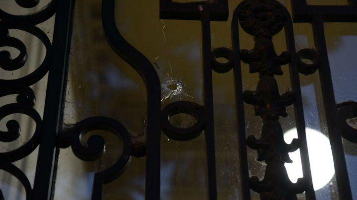 La puerta de la Fiscalía donde quedó uno de los impactos de bala.