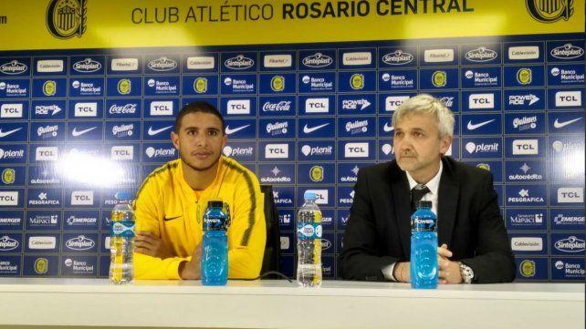Arismendi junto al vicepresidente auriazul Ricardo Carloni durante la presentación en Arroyo Seco.