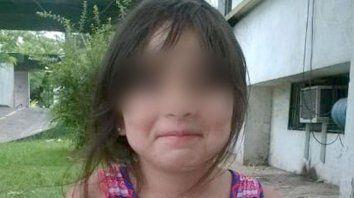 Camila, de ocho años, fue hallada hoy junto a un albañil, que quedó detenido.