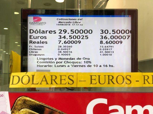 La cotización del dólar bajó pero sigue sobre la barrera de los 30 pesos