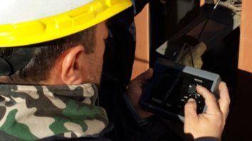 Un empleado de la EPE con unbarioscopio.