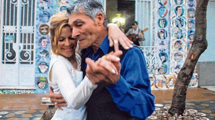 Milonga sentimental. Mirta y Rufino bailan tango en una escena del filme. Detrás