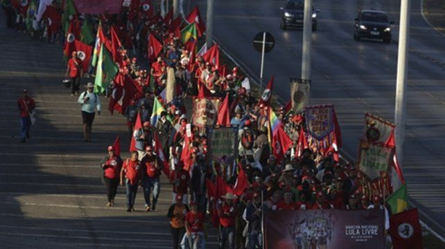 Marcha partidaria. Cientos de brasileños llegan a Brasilia para apoyar al encarcelado político de izquierdas.