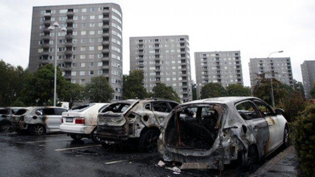 Demencial. Grupos de jóvenes encapuchados incendiaron coches.