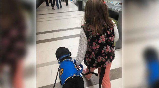 Una nena fue expulsada de un restaurante por entrar con su perro de asistencia