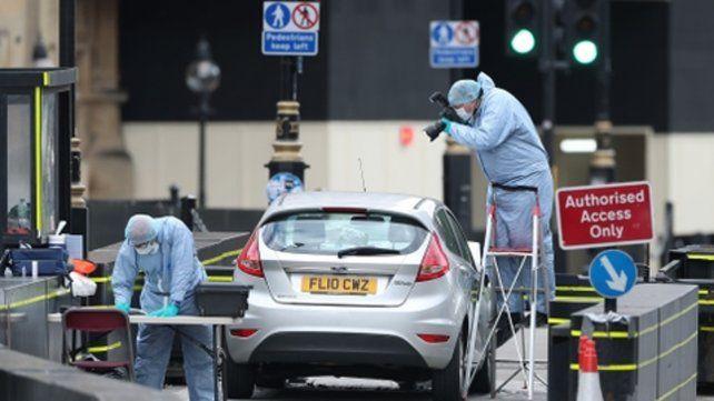 Brutal. Agentes inspeccionan el vehículo del ataque. El conductor fue detenido y sería ciudadano británico.