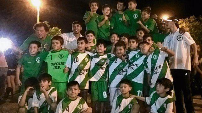 Vamos los pibes. En el club de barrio Tablada juegan 120 chicos de entre 3 y 13 años.
