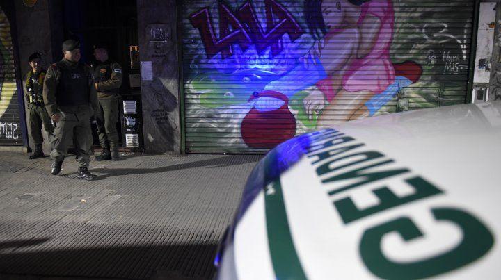 Gendarmería allanó un departamento de calle San Luis al 1100 donde vive uno de los dos policías detenidos.