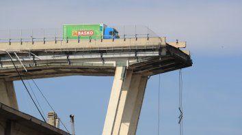 El camión que quedó a un paso de caer con el puente genovés