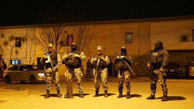 Efectivos de la Policía provincial en uno de los lugares allanados.