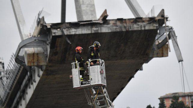 Las imágenes del dramático rescate tras el derrumbe del puente en Génova