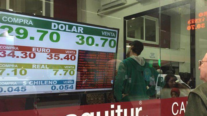 El dólar abrió en alza y el Banco Central intenta contenerlo