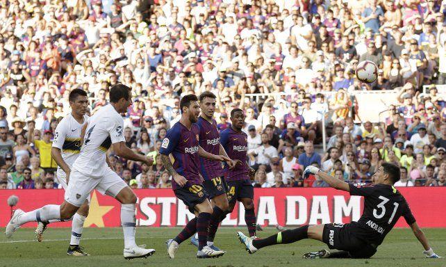 Messi la pica sobre Andrada y marca el primer tanto del Barcelona.