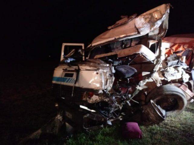 Uno de los camioneros sufrió la peor parte. Fue trasladado a San Genaro. (Fotos: gentileza Info Mas)