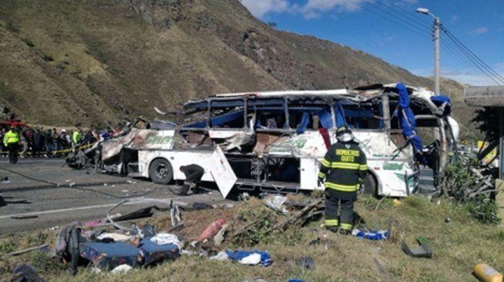 Espeluznante. El colectivo de turistas chocó y volcó en Ecuador.