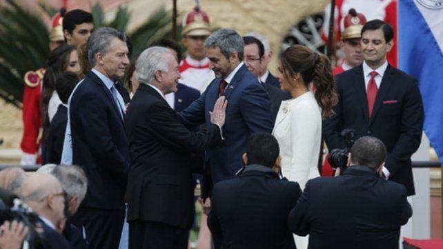Asunción. Abdo Benítez y su esposa son saludados por los presidentes de Brasil y de Argentina.