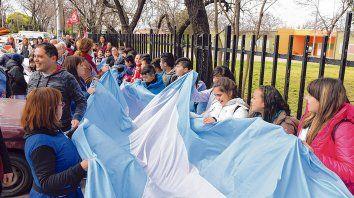 Con docentes y alumnos. Esta semana se realizó un abrazo solidario por falta de gas en la escuela 1.263 Joaquín V. González.