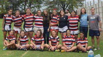 Tricolor. Las chicas de Old Resian junto a su entrenador, Adolfo Imhoff.
