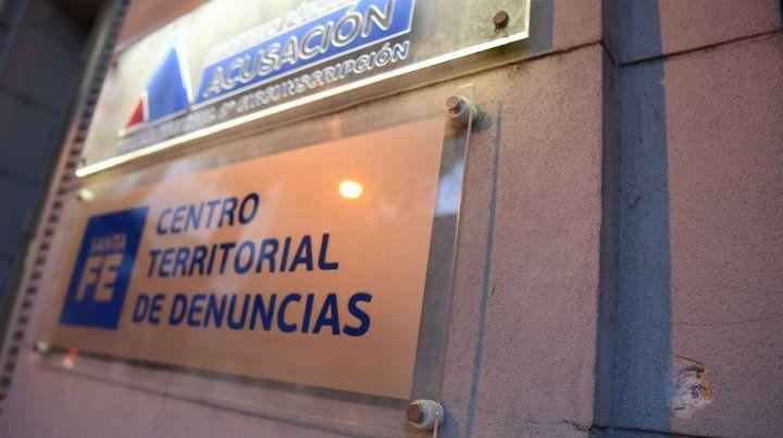 Uno de los impactos en el frente de la Fiscalía Regional de Rosario.