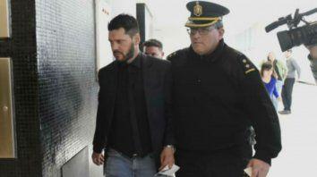 Matías Messi ingresa escoltado por un policía al Centro de Justicia Penal.