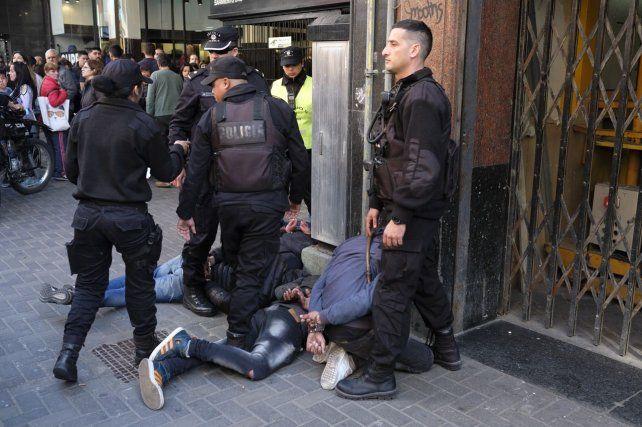 Cuatro presuntos delincuentes fueron detenidos por testigos del robo de un celular en Sarmiento al 800.