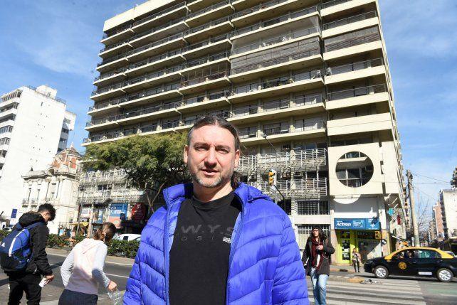 Heroico. Pablo Grana posa frente al edificio en el que salvó a Franco.