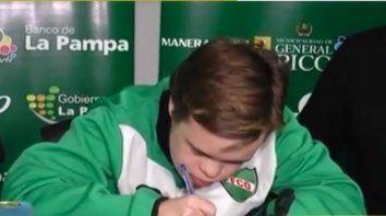 Un chico con síndrome de Down firmó con un club por 100 años