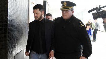 Escoltado. Matías Messi, en su salida de la sala de audiencias Nº 10 del Centro de Justicia Penal.