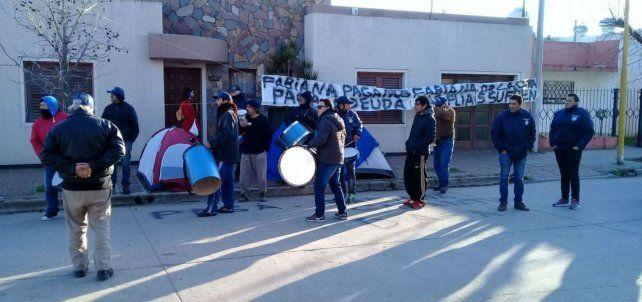 Plantados. Los empleados se convocaron para exigir a la propietaria el pago de las deudas.