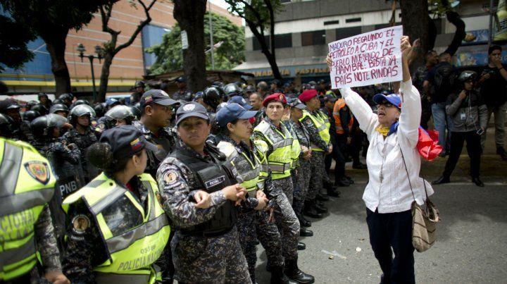 En la calle. La policía bloquea el paso a una manifestante en Caracas.