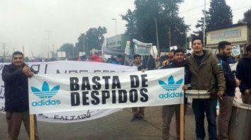 Los trabajadores quedaron en al calle tras el cierre de la planta en Esteban Echeverría.