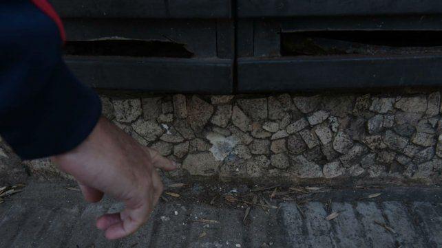 Uno de los balazos en el frente de la vivienda de calle Viamonte.