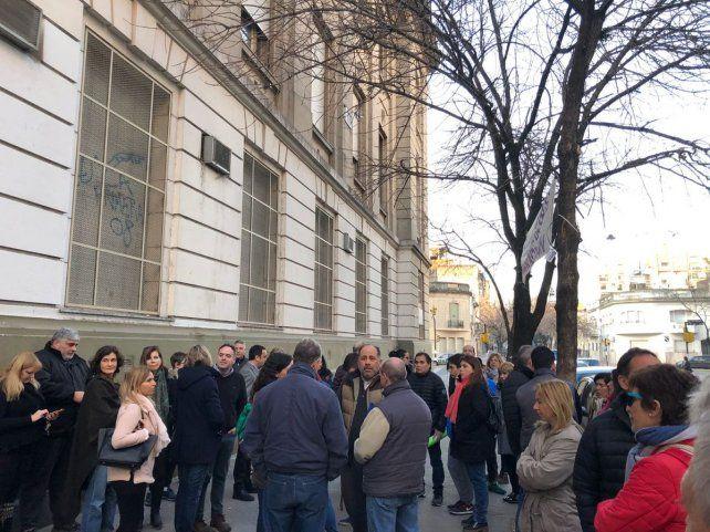 Un grupo de padres se reunió esta mañana en la puerta de la institución educativa.