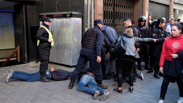 Un testigo asegura que fue extrema la violencia contra ladrones de un celular en el centro