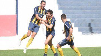 Los pibes de Central celebran uno de los goles con los que le ganaron a Talleres. (Foto: @CARCoficial)