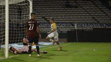 Zampedri dejó desparramado a Herrera con su cabezazo y sale a festejarlo.