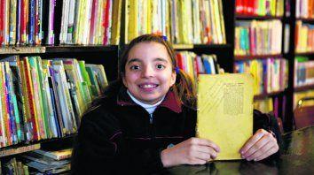 Nicole encontró el libro de su abuelo en una caja y la lectura la atrapó.