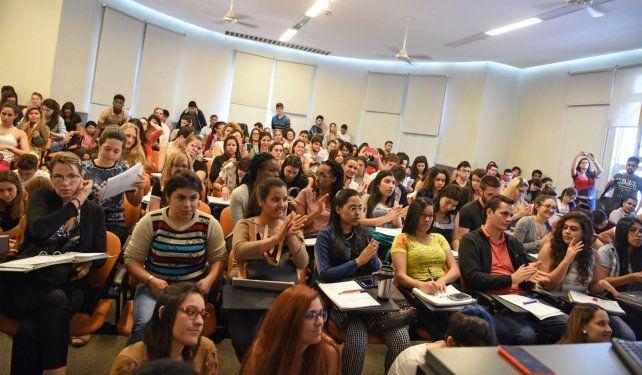Docentes y profesionales egresados de la universidad pública defienden las oportunidades de igualdad social que ofrece.