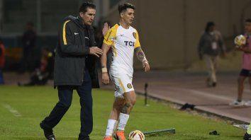 El Patón felicita a Zampedri, autor del gol de la victoria. El goleador fue reemplazado por Herrera.