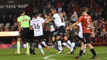 Fontanini acaba de clavar una volea impresionante y festeja el empate leprooso con sus coampañeros.