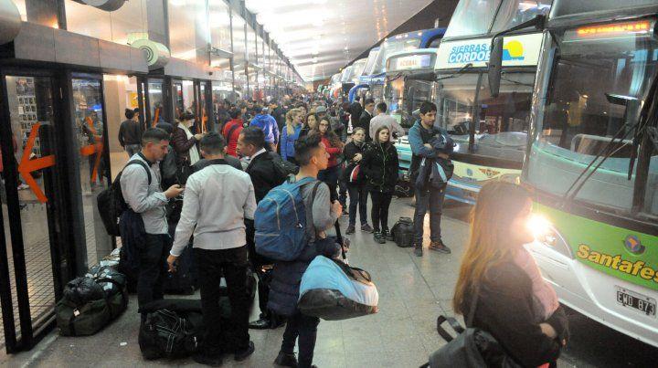 Bajo costo. Desde las dársenas de la Terminal local llegan y parten 15 millones de pasajeros al año.
