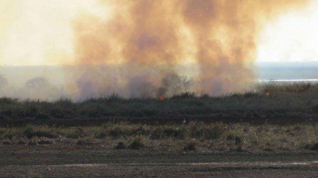 Las quemas de pastizales vuelven a representar un problema de consideración en la costa rosarina.