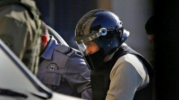 Custodiado. José López, el viernes, al ingresar a Tribunales para declarar como arrepentido en la causa de los cuadernos del ex chofer de Baratta.
