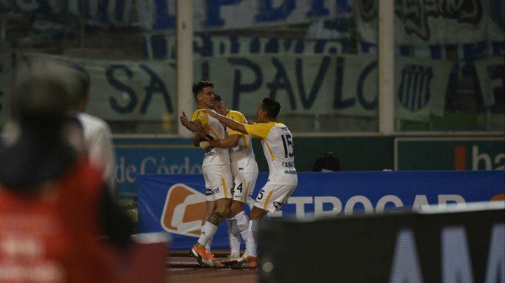 Festejo en el Kempes. Zampedri ya conectó el cabezazo goleador y celebra junto a Parot y Camacho. El canalla sacó adelante un partido chivo ante Talleres.