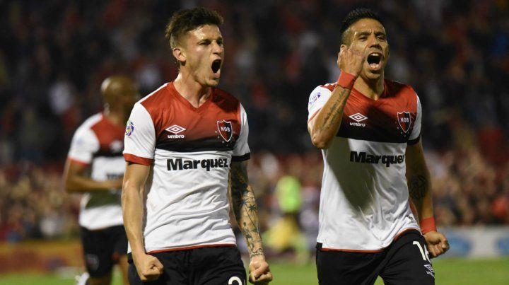 Socios del gol. Fértoli anotó el 1 a 1 y lo grita con ganas. Figueroa