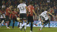 Golazo. Fontanini se llena el pie de gol, el primero en Newells. Volvió a marcar en el país tras casi 6 años.