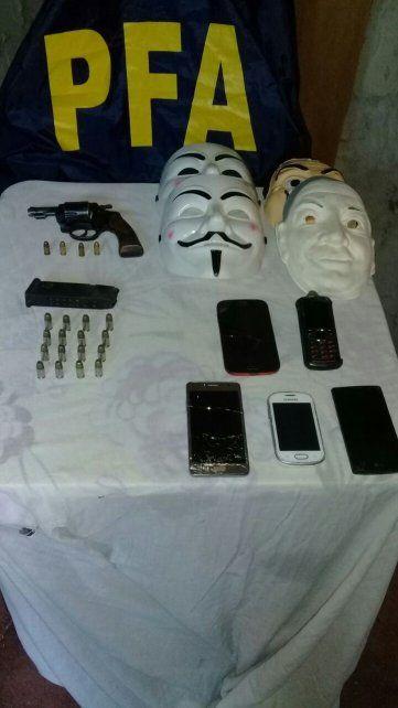 Las caretas y las armas que usaban los delincuentes y fueron incautadas.